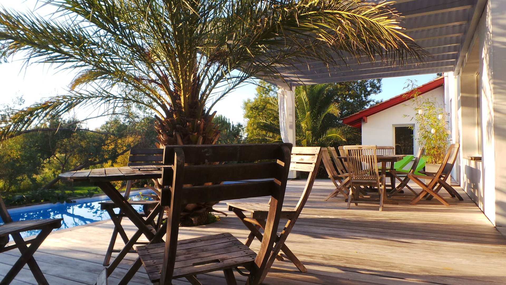 Terrasse avec les tables